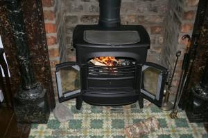 קמין אשר פועל על שריפת עצים