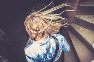 החלקת שיער ביתית – האם כדאי לעשות אותה?