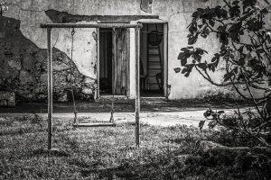 פינוי בית עם גינה או מרפסת מוזנחת
