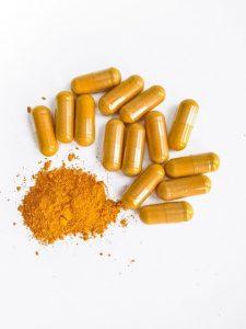האם יש הבדל בין אבקת כורכום לכמוסות כורכומין?
