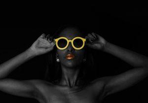 טרנד המשקפיים שחזרו לאופנה – כבר לא צריך להסתבך עם עדשות מגע