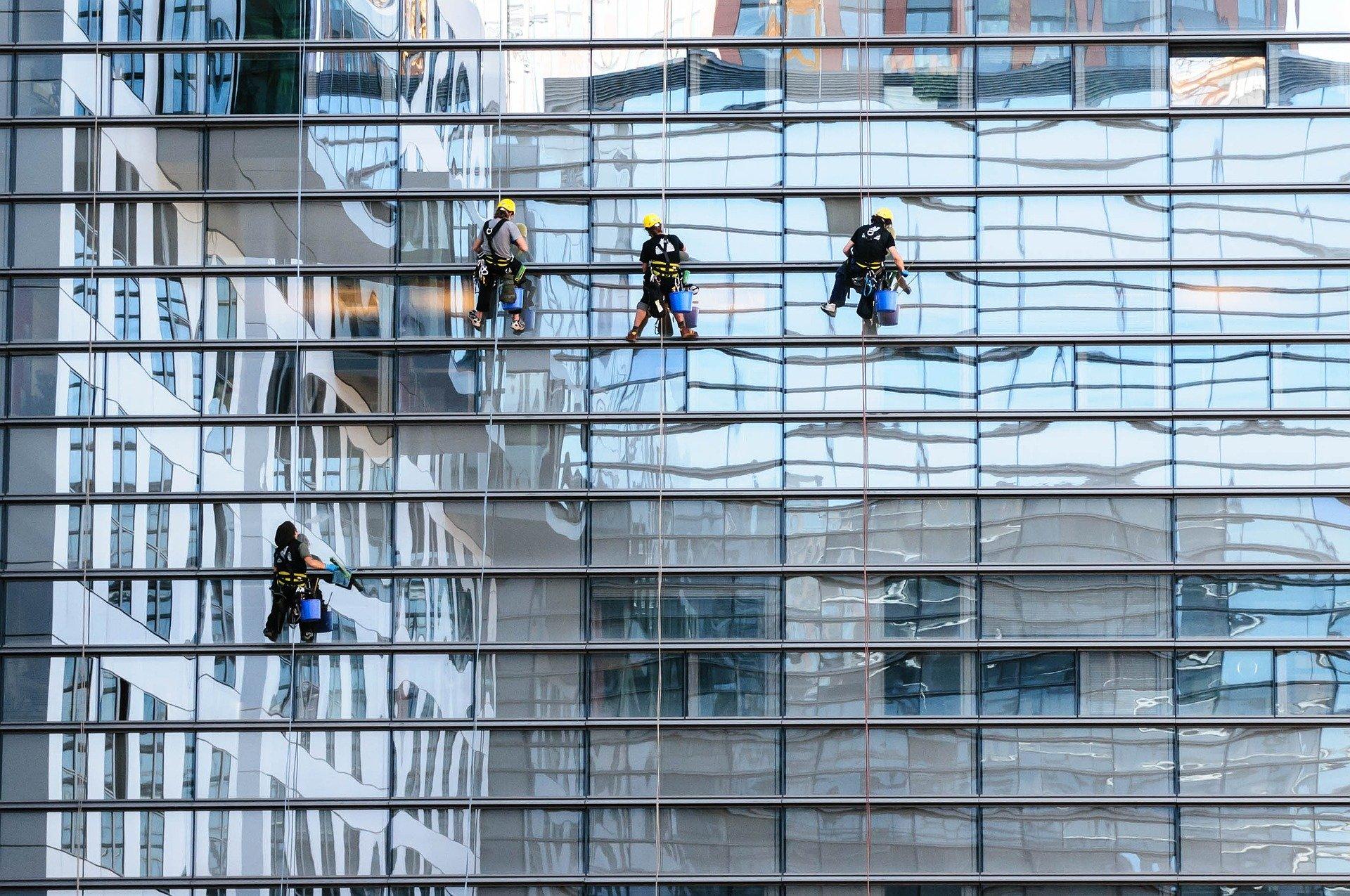כמה עולה ניקוי חלונות בגובה
